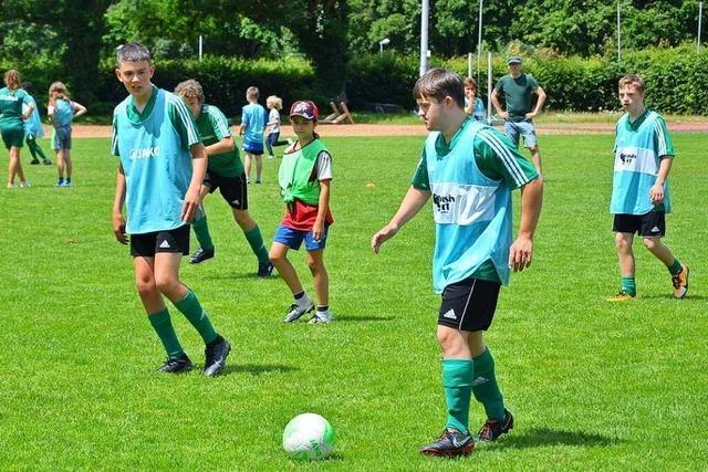In inklusiven Fußballgruppen kicken junge Menschen mit und ohne Handicap