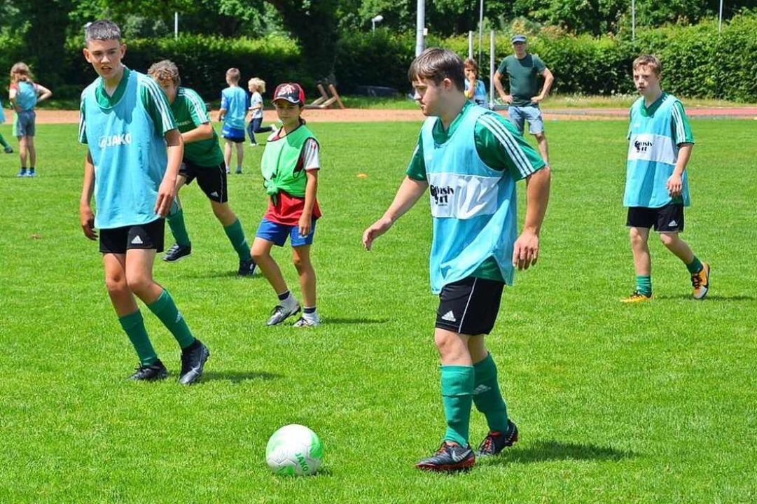 In der inklusiven Fußballgruppe des PT...und Jugendliche mit und ohne Handicap.  | Foto: Privat