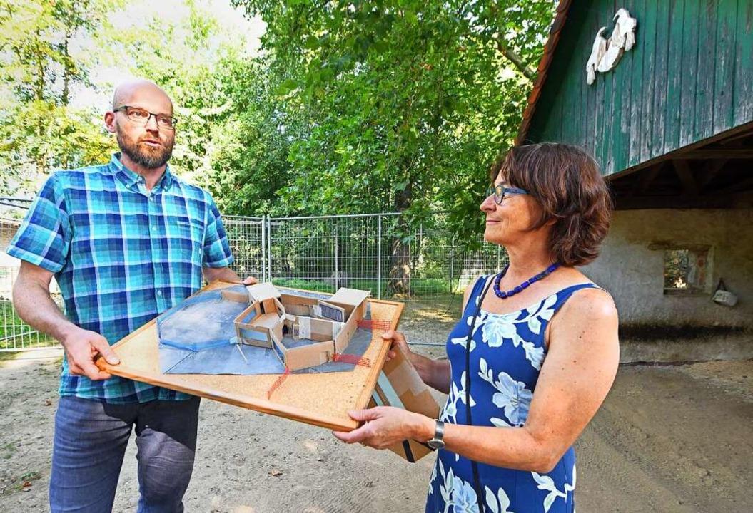 Mundenhof-Leiterin Susanne Eckert und ... mit einem Modell der geplanten Anlage  | Foto: Michael Bamberger