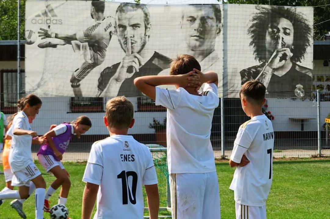 Zweikampf um den Ball vor dem kleinen ..., Gareth Bale, Toni Kroos und Marcello    Foto: Peter Gerigk