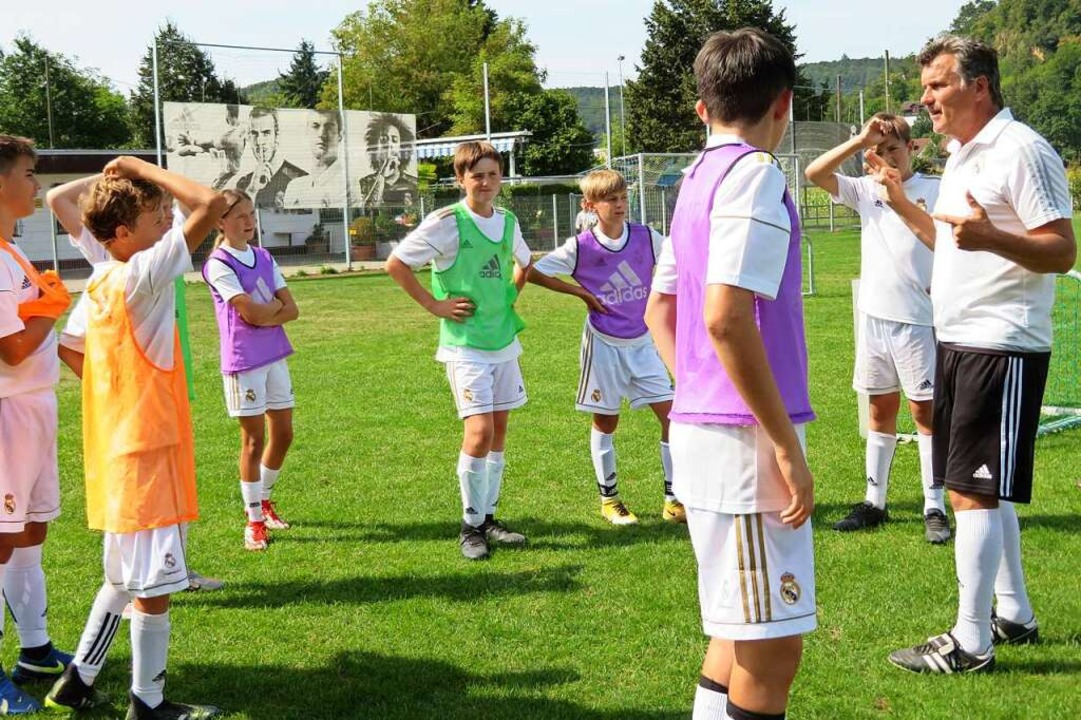 Trainer Peter Brosi erklärt der Gruppe...gerade ausgeübten Spielform beurteilt.    Foto: Peter Gerigk