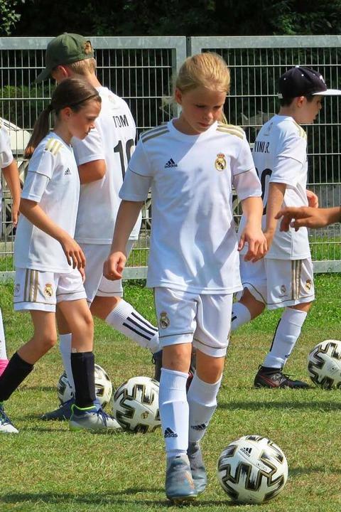 Viele Mädchen nehmen an der Trainingsw... Der Ball ist ihr ständiger Begleiter.    Foto: Peter Gerigk