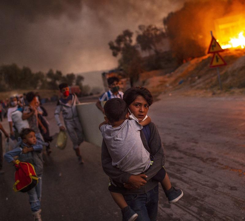 In der Nacht des 8. auf den 9. Septemb...0 ging das Lager Moria in Flammen auf.  | Foto: ANGELOS TZORTZINIS