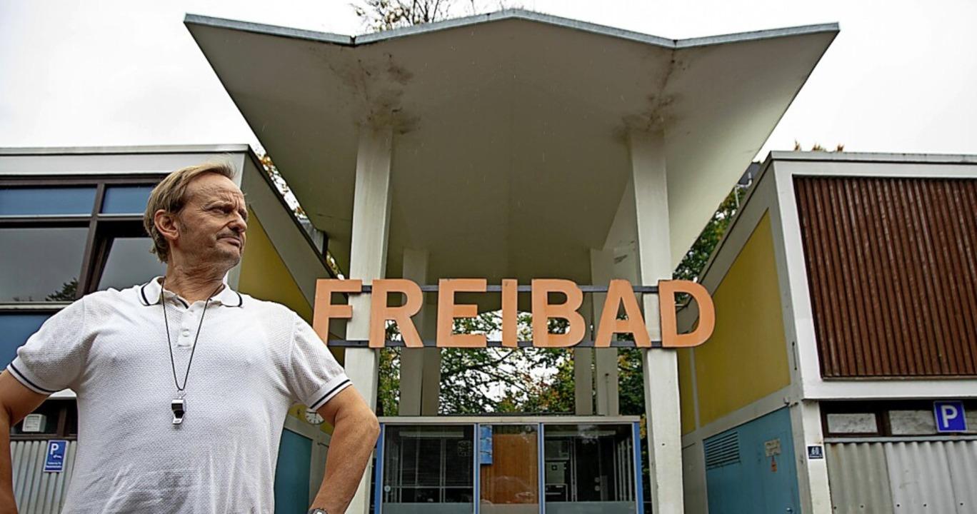 Das Freibad ist ihm Heimat und Leben: Milan Peschel als Schwimmmeister Karl    Foto: - (dpa)