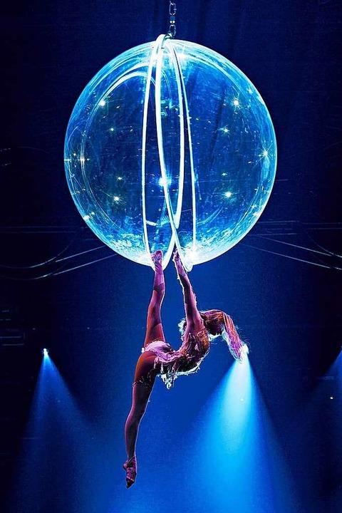Maria Sarach zeigt vollendete Akrobatik mit einer Glaskugel.  | Foto: Europa-Park