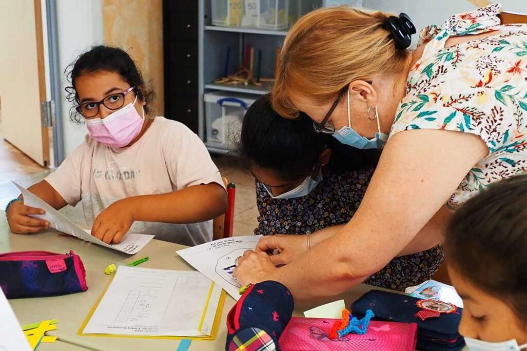 Beim kreativen Basteln unterstützte au...nschule, Christin Sigwart, die Kinder.    Foto: Herbert Frey