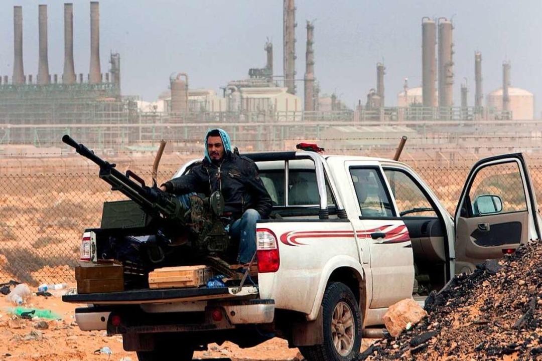Kämpfer in Ras Lanouf: Die rivalisiere...0 auf einen Waffenstillstand geeinigt.  | Foto: Hussein Malla (dpa)