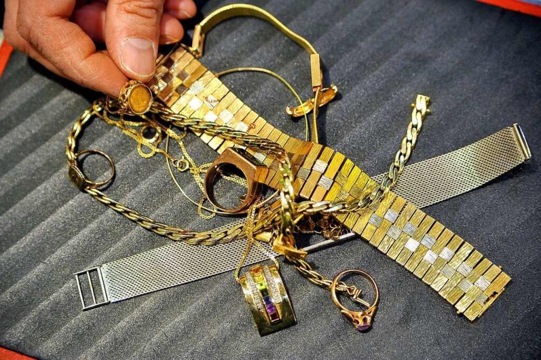 Der Zoll fand bei zwei Reisenden Goldschmuck (Symbolfoto).    Foto: Thomas Kunz