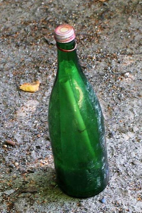 Auch nach 44 Jahren im Rhein ist die Flaschenpost unversehrt.    Foto: Harald Schwarz