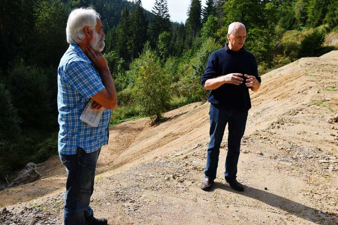 Dieter Berger (links) und Bernd Fischb...hier findet man kontaminierte Brocken.  | Foto: Nicolai Kapitz