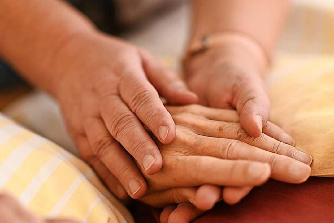 Mit viel Empathie stehen die Frauen de... Sterbenden und ihren Angehörigen bei.  | Foto: Felix Kästle (dpa)