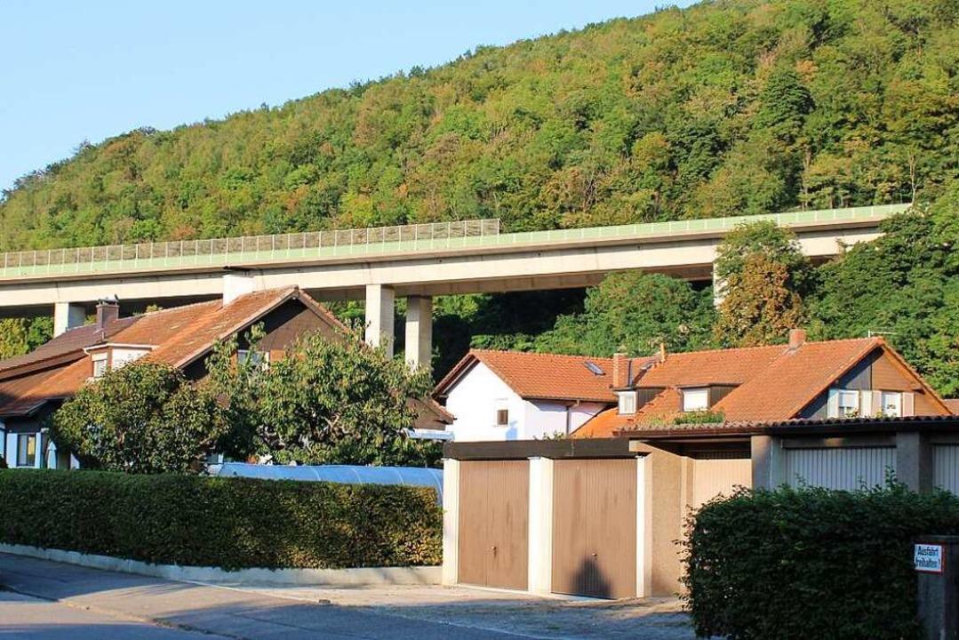 Vielfach aus- und umgebaut wurde die S...sogar überbaut mit der Autobahnbrücke.    Foto: Rolf Reißmann
