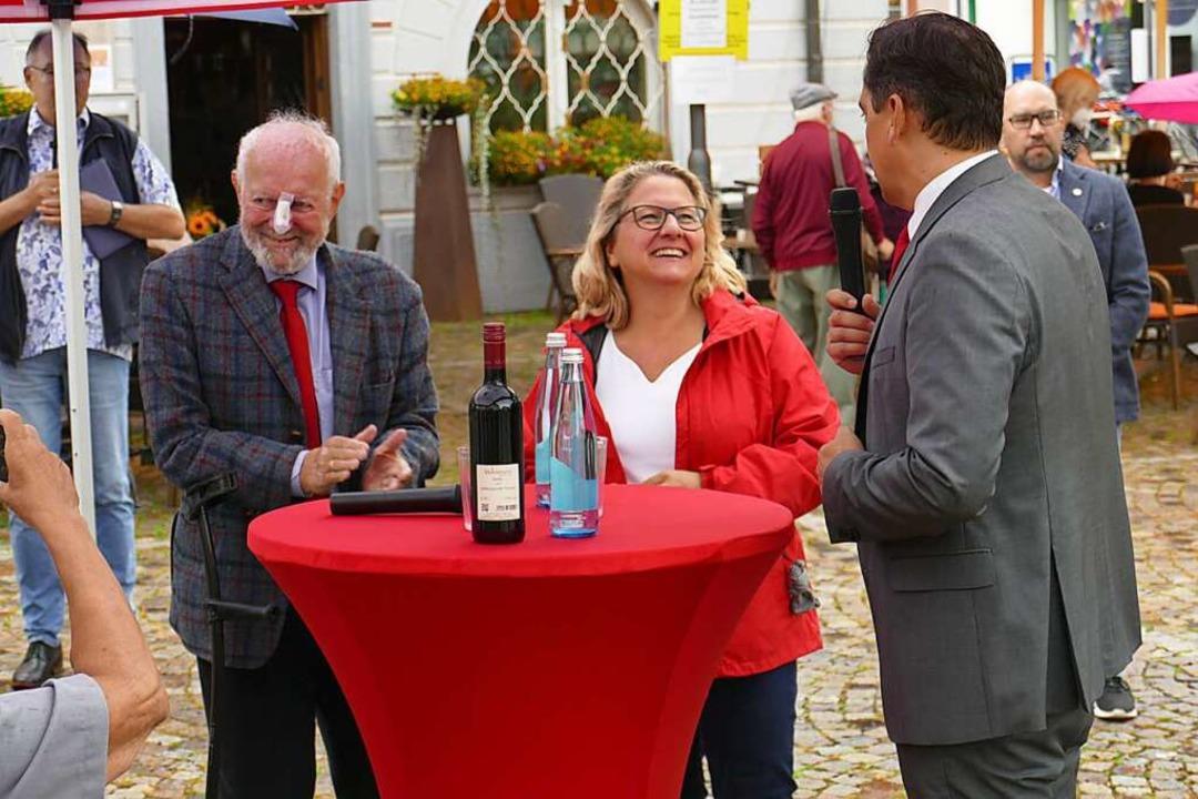 Gruppenbild mit Bundesumweltministerin...pf auf dem Marktplatz  in Emmendingen.  | Foto: Michael Sträter