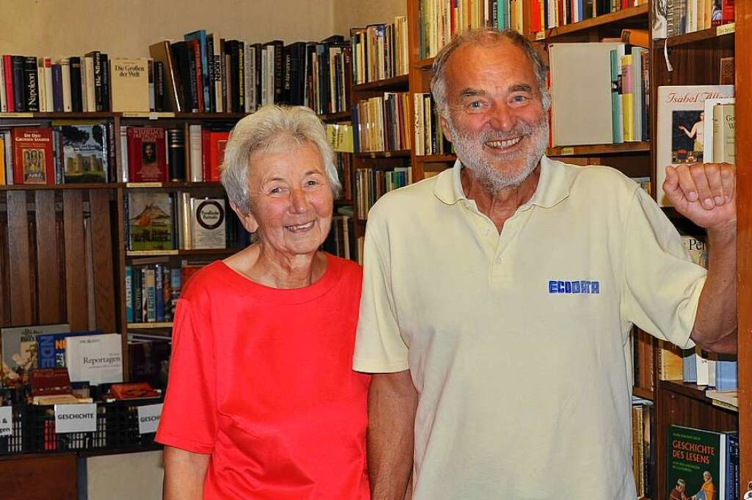 Hannelore und Werner Rösner vom Verein Bücher helfen in der Bücherstube.    Foto: Ralf Strittmatter