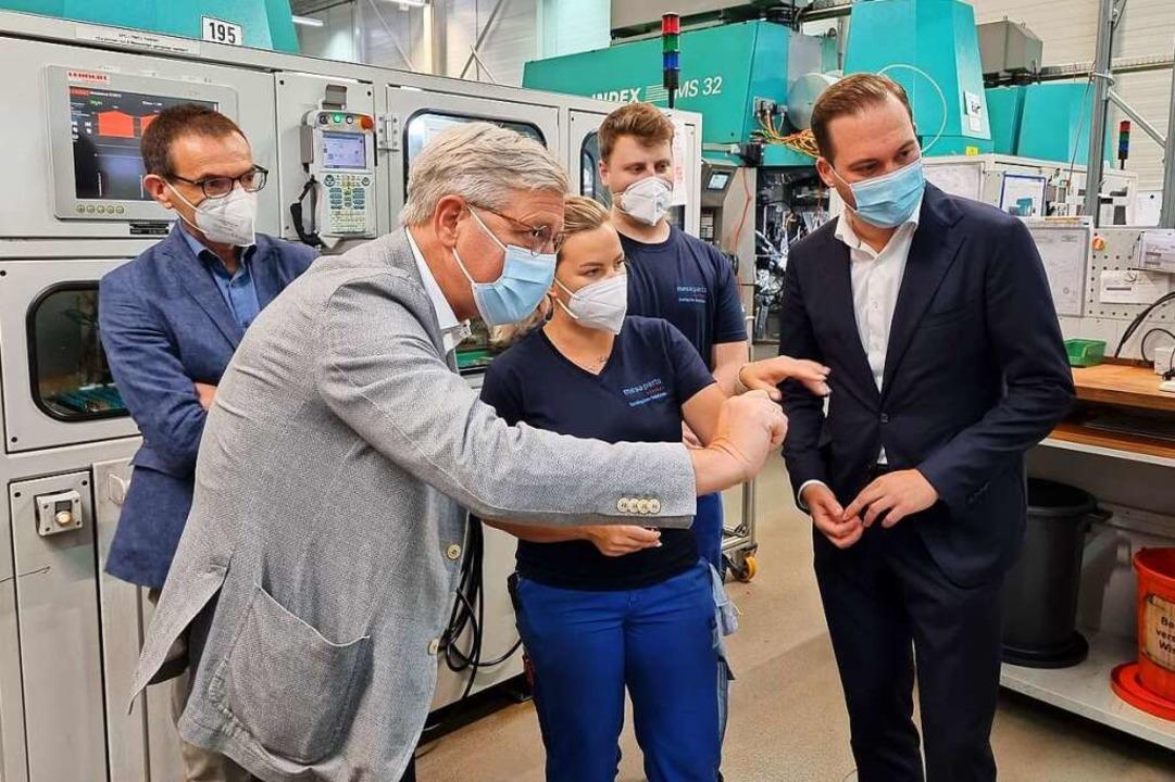 CDU-Bundestagskandidat Felix Schreiner...blicke in die Arbeit des Unternehmens.  | Foto: Nadine Klossek-Lais