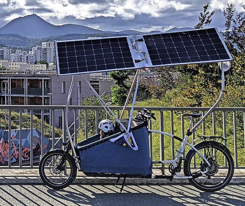 Das selbstgebaute Solarrad und Tochter Elise  | Foto: Julien Mondot