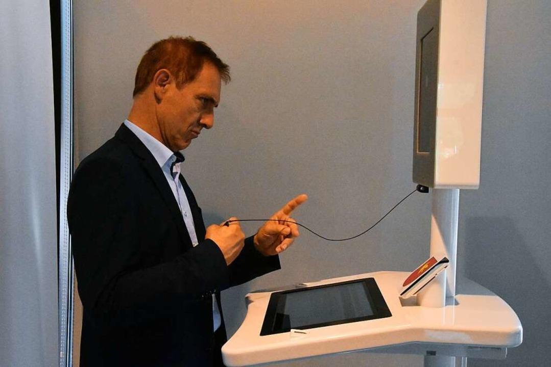 Oberbürgermeister Jörg Lutz erfasst seine biometrischen Daten.  | Foto: Kathrin Ganter