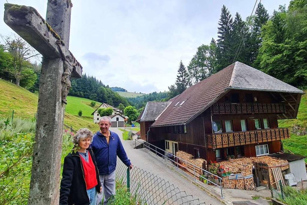 Franz und Edeltraud Kiefer neben dem b...rem 400 Jahre alten Hof in Wildböllen.  | Foto: Gerald Nill