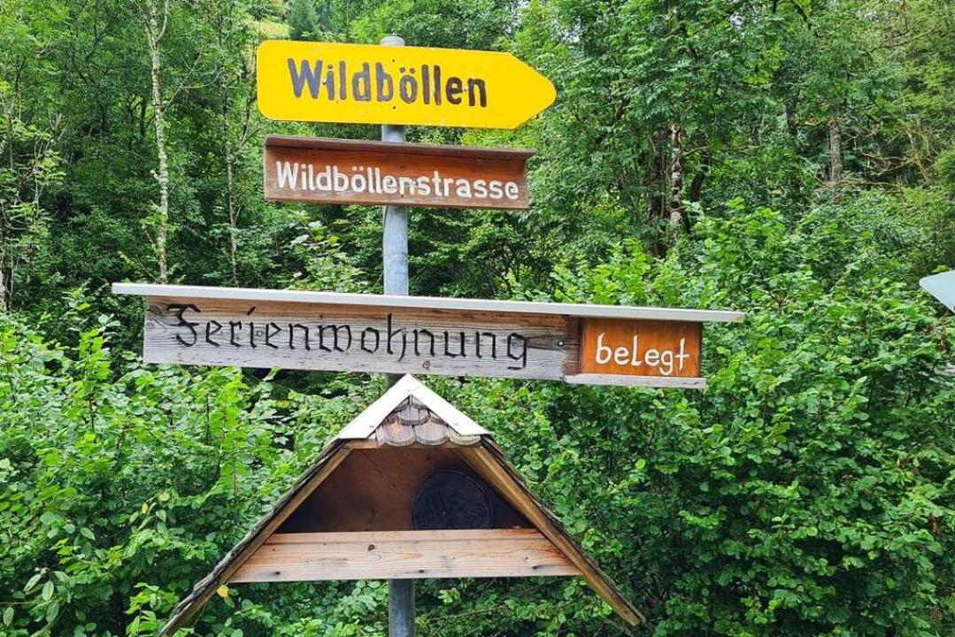 Das Hinweisschild nach Wildböllen zwei...n Wiesental in ein enges Seitental ab.  | Foto: Gerald Nill