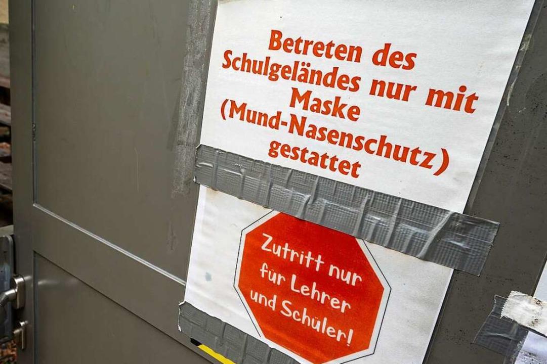 An Schulen in Baden-Württemberg gilt wieder eine Maskenpflicht (Symbolbild).    Foto: Peter Kneffel (dpa)