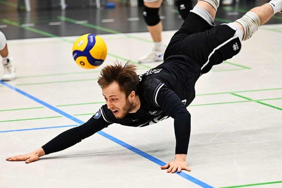 Taucht mit den Freiburger Volleyballer...ichsam ab: Libero Jonathan Schönhagen.  | Foto: Achim Keller