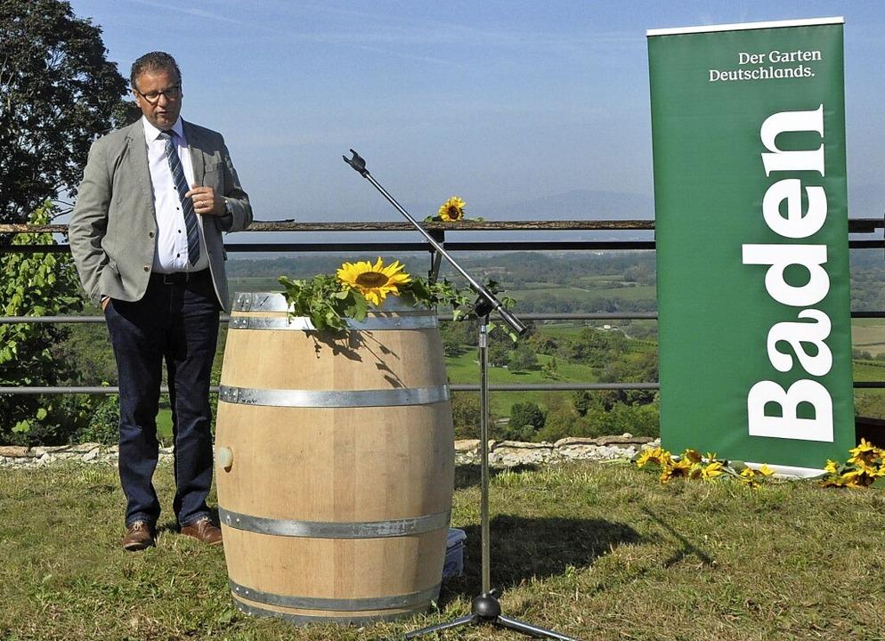 Landwirtschaftsminister Peter Hauk erk...ich den Weinbau der Zukunft vorstellt.  | Foto: Klaus Riexinger