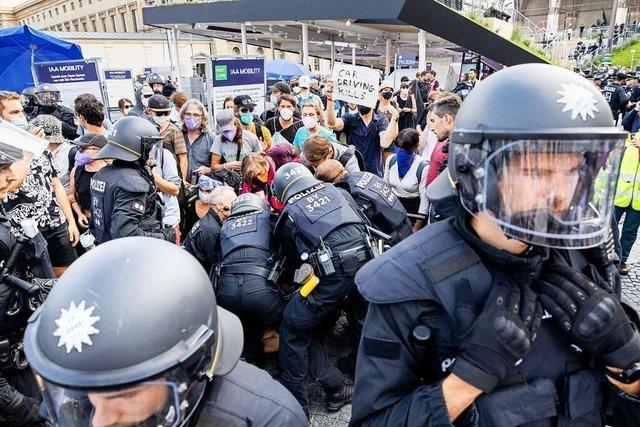 Zusammenstöße, Pfefferspray und Hausbesetzung: Aktivisten protestieren gegen Automesse
