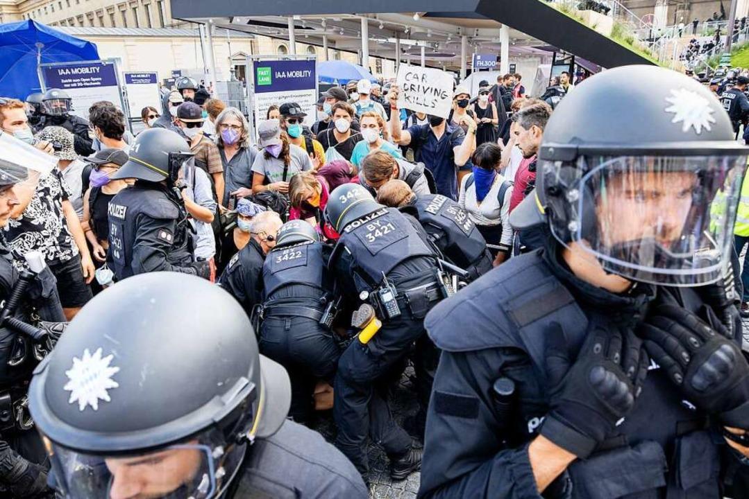 Polizisten nehmen während der Internat...den Stand von Mercedes Benz blockiert.  | Foto: Matthias Balk (dpa)