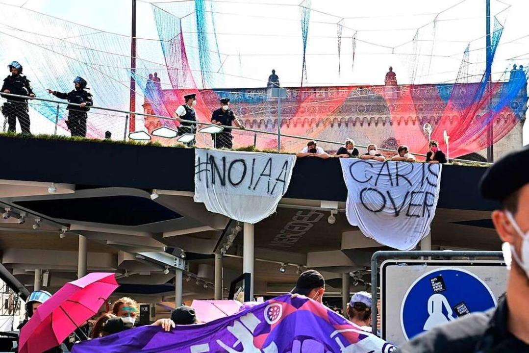 Aktivistinnen und Aktivisten blockieren den Stand von Mercedes Benz.  | Foto: TOBIAS SCHWARZ (AFP)
