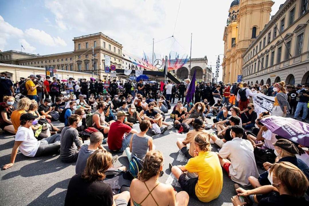 Aktivistinnen und Aktivisten  blockieren den Stand von Mercedes Benz.  | Foto: Matthias Balk (dpa)