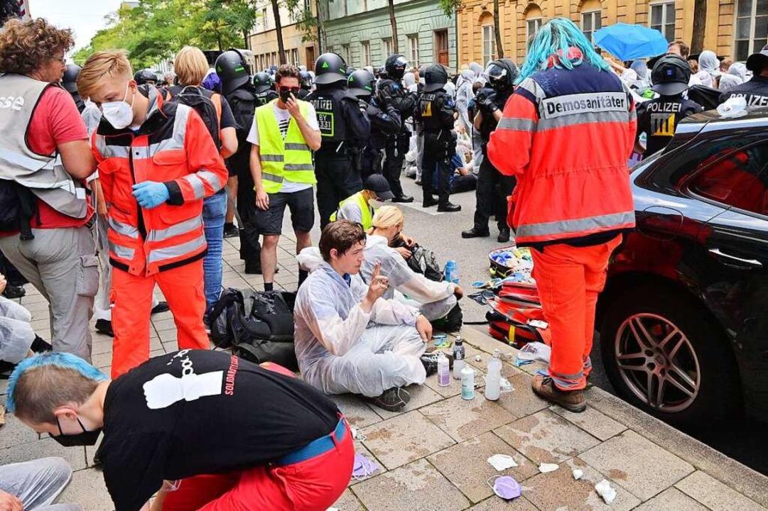 Protestteilnehmer werden während einer... mit Reizgas in Kontakt gekommen sind.  | Foto: Peter Kneffel (dpa)