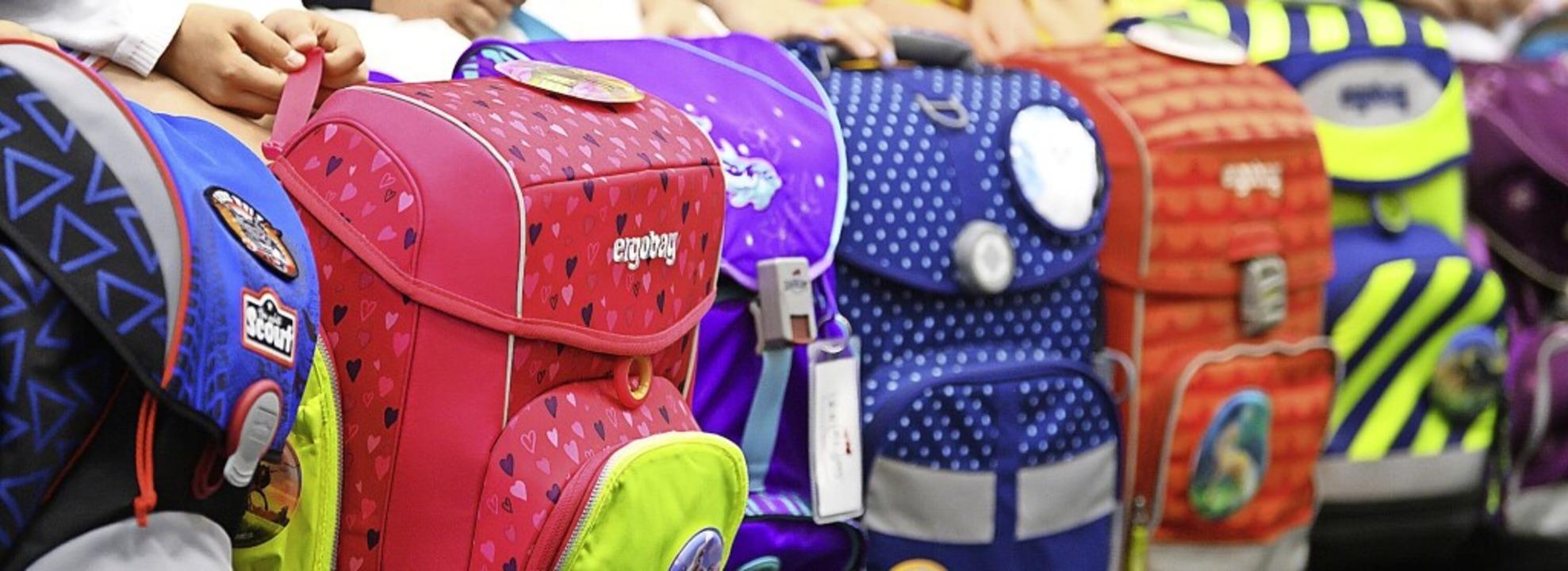 Am Montag heißt es wieder Schulranzen packen – der Unterricht beginnt.   | Foto: Robert Michael (dpa)