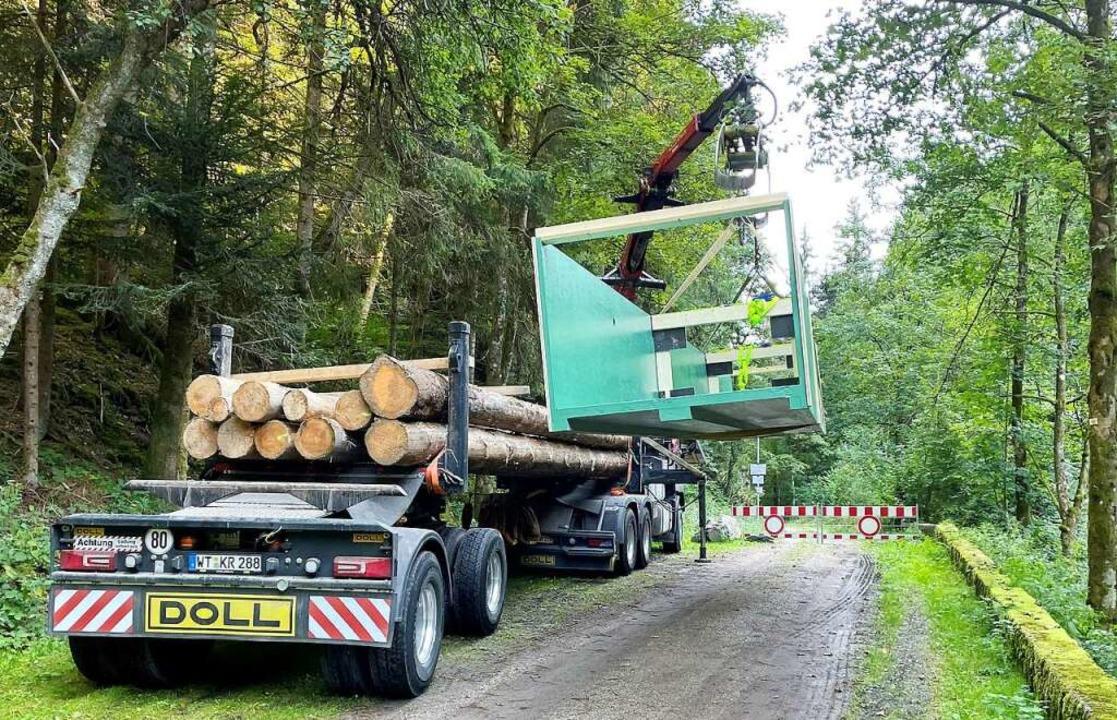 Zwölf Meter lang ist der Steg, der übe... den Wald transportiert werden musste.    Foto: Gemeinde Murg