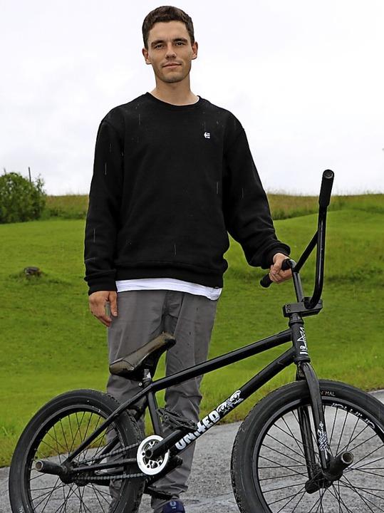 Ohne sein BMX-Rad geht Marius Dietsche...er schon eineinhalb Mal um den Globus.    Foto: Martha Weishaar