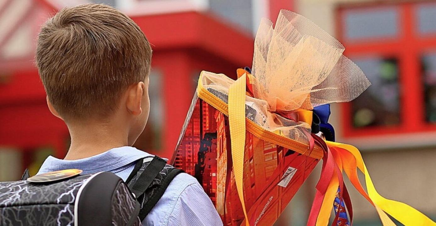 Ein Kind mit Schultüte     Foto: Matthias Bein (dpa)