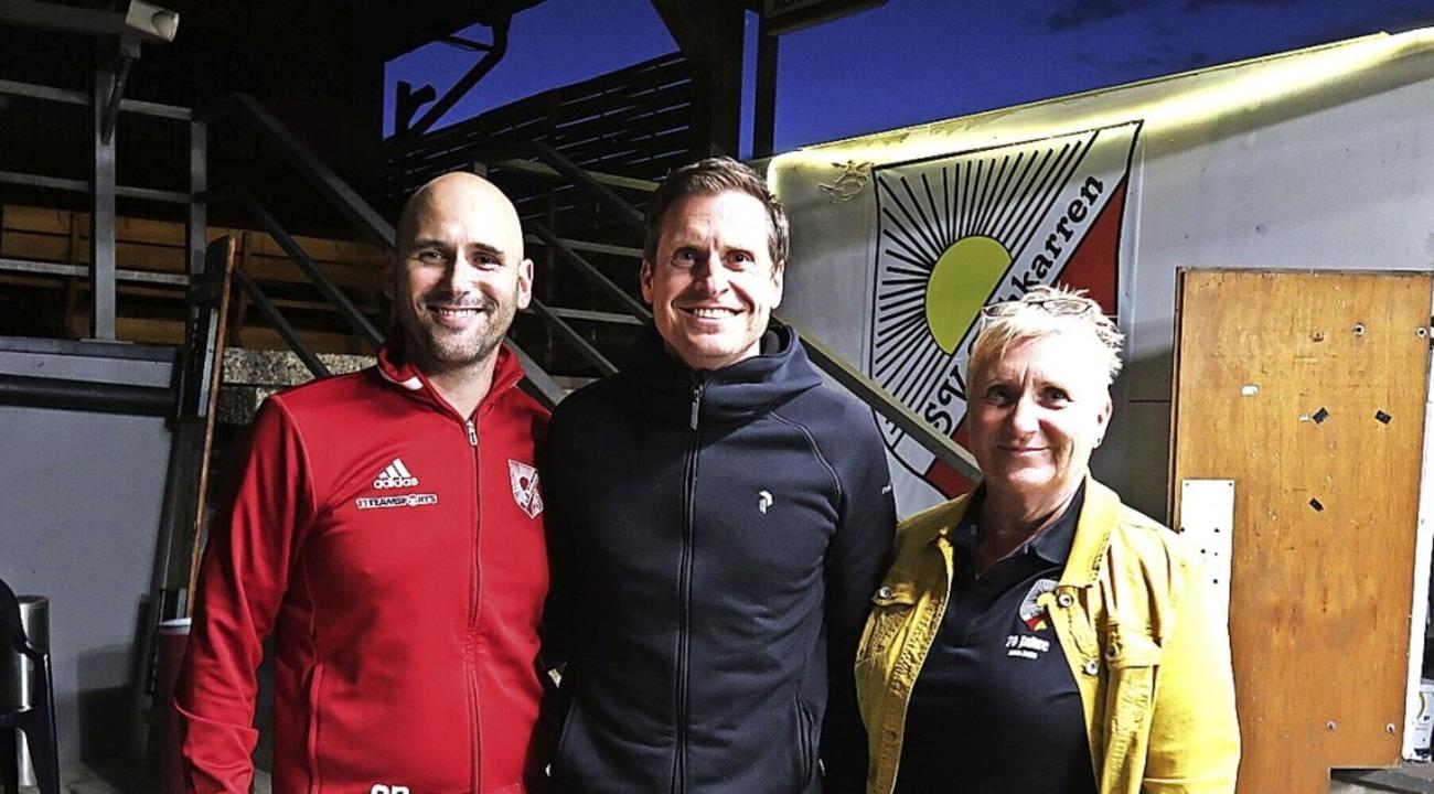 Die beiden Vorsitzenden Alex Bayer und...tzender und Sponsor des Sportvereins.     Foto: Christine Weirich
