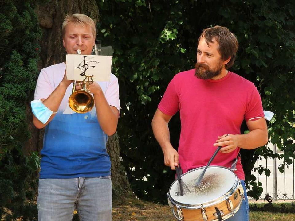 Die Lehrer Oscar Szutenberg (links) un...kleine Feier mit Trompete und Trommel.  | Foto: Peter Gerigk