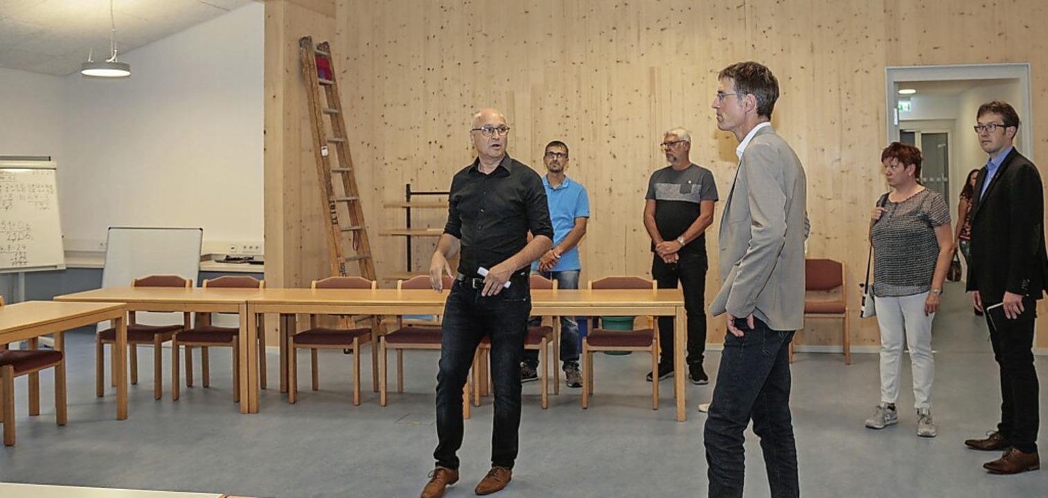 Beim Rundgang durch die Schule in Graf...Bürgermeister Jochen Paleit (rechts).     Foto: Sandra Decoux-Kone