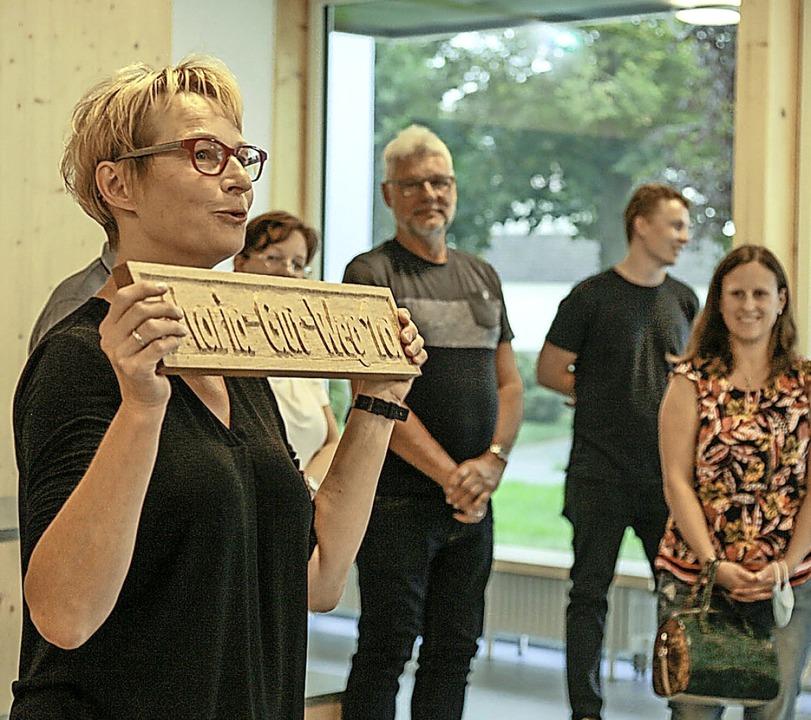 """Schulleiterin Katja Wößner mit dem Sch...g"""", dem Namen ihrer Vorgängerin.    Foto: Sandra Decoux-Kone"""