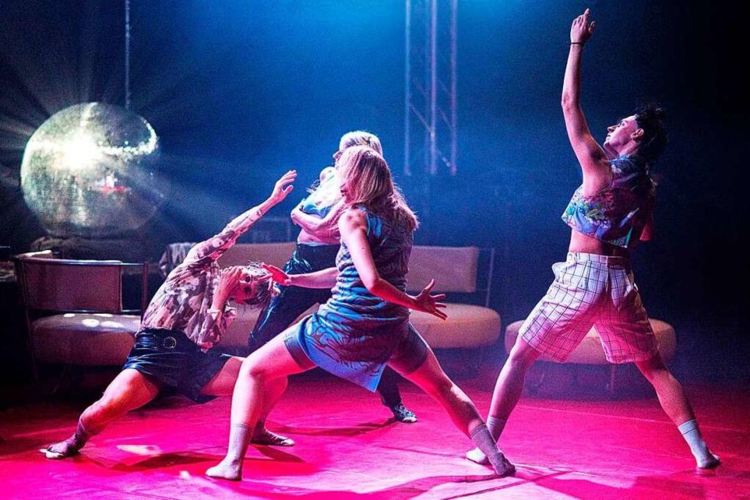 """Pure Energie: die Tänzerinnen in der &...sy Lounge"""" von  Karolin Stächele    Foto: YASEMiN AUS DEM KAHMEN"""