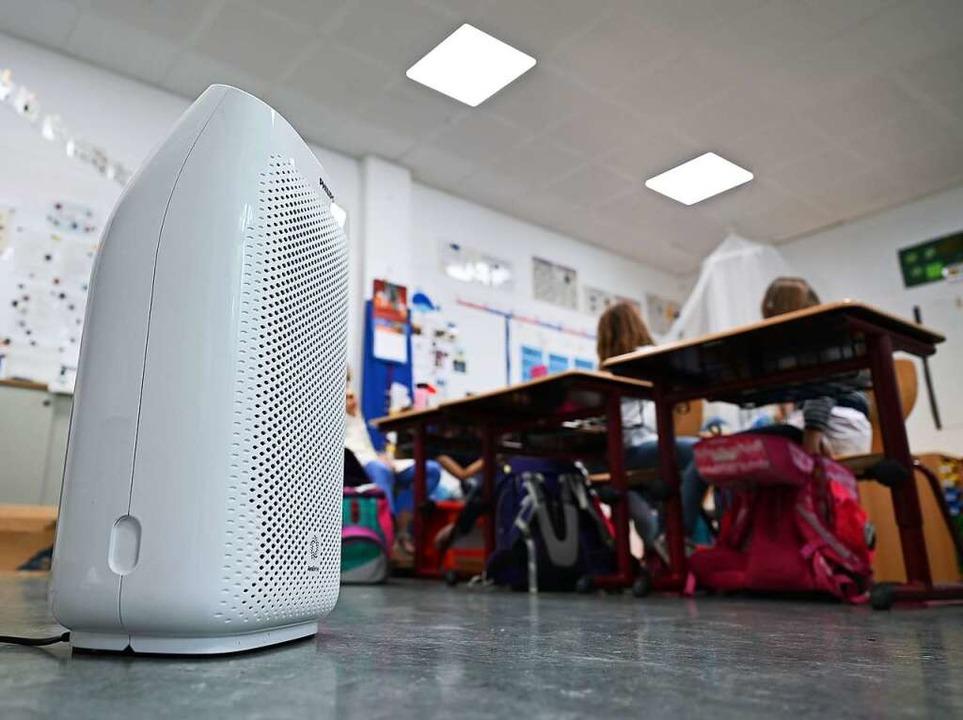 Luftfilteranlagen sollen das Infektion...irus in den Klassenzimmern reduzieren.  | Foto: Arne Dedert (dpa)