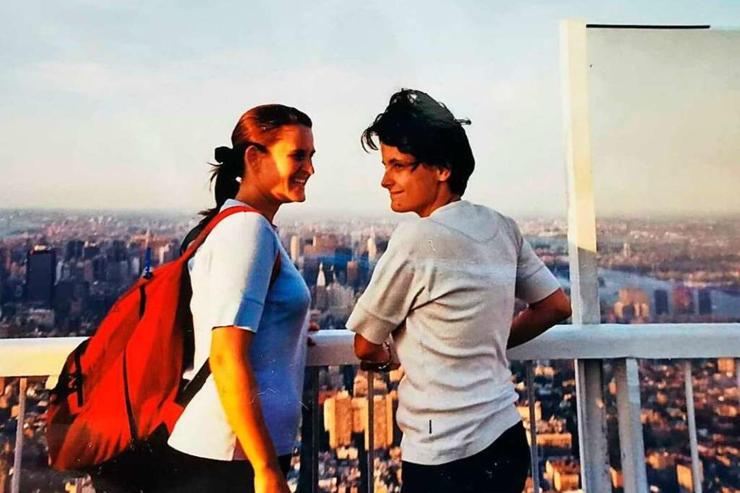 Claudia Kleiner (links) und Claudia Ko...as 415 Meter hohe Gebäude stürzt ein.     Foto: privat
