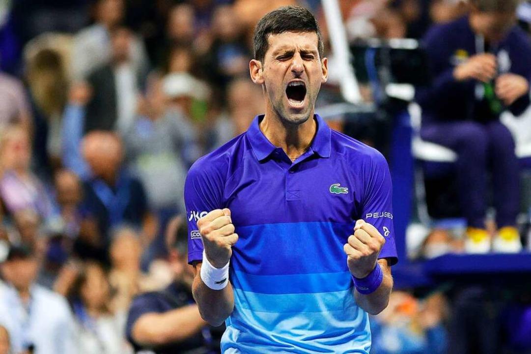 Novak Djokovic schlägt den Deutschen nach fünf Sätzen.  | Foto: Sarah Stier (AFP)