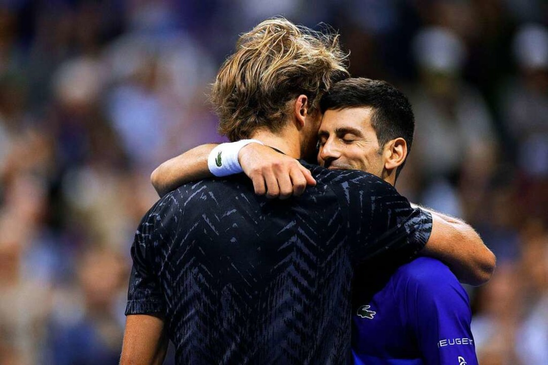 Alexander Zverev und Novak Djokovic nach dem Ende des US-Open-Halbfinale.  | Foto: Sarah Stier (AFP)