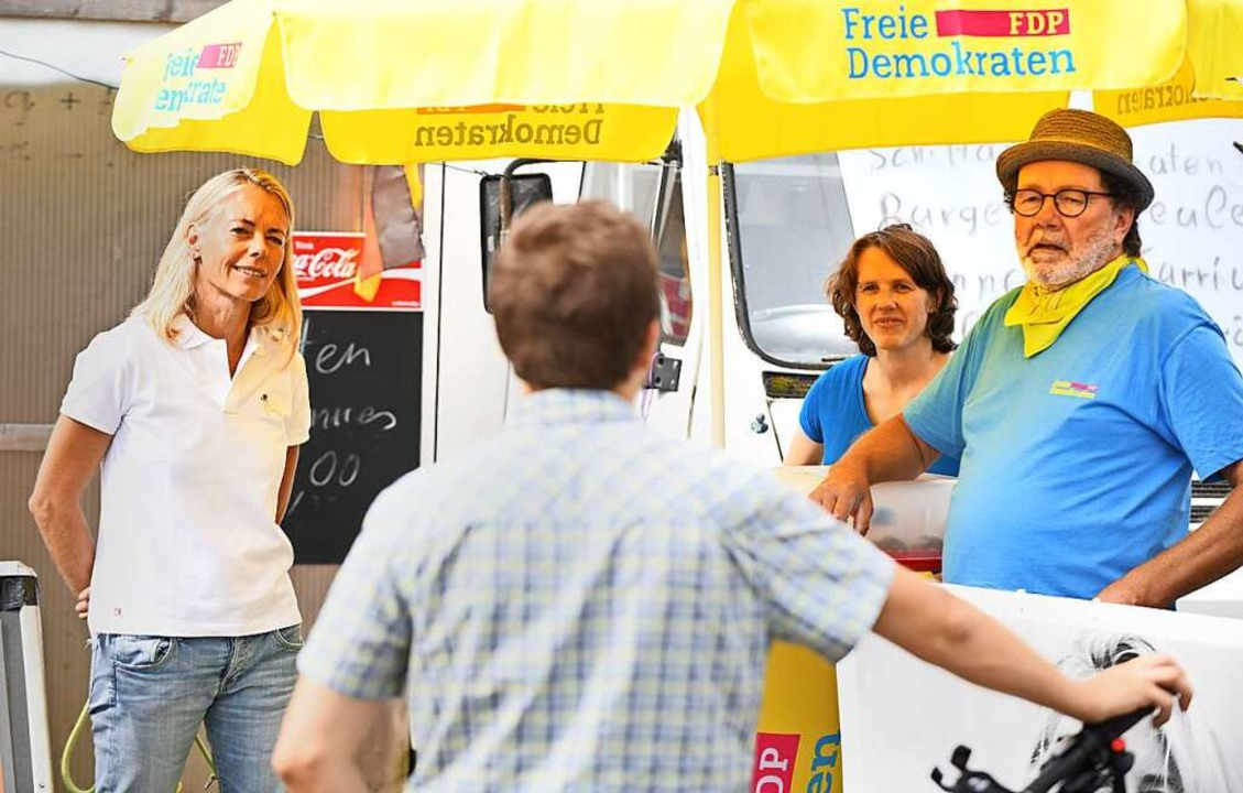 Am FDP-Wahlstand auf dem Wochenmarkt in Lehen  | Foto: Michael Bamberger