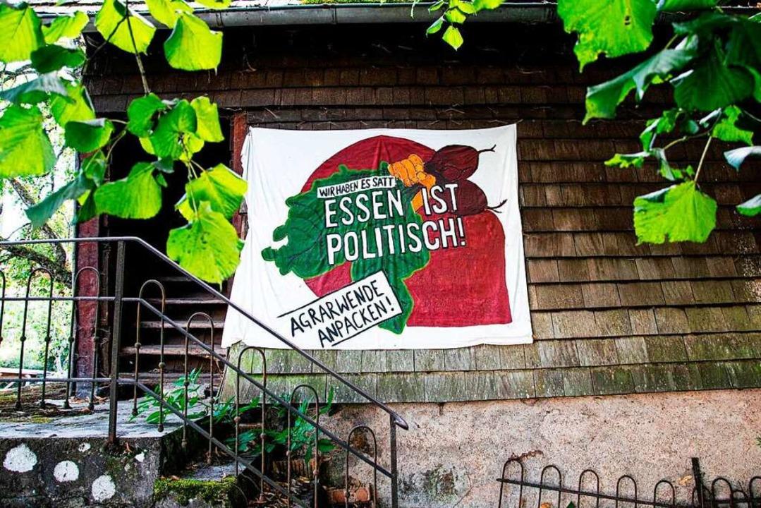 Politische Botschaften finden sich auf...ern an verschiedenen Plätzen des Hofs.  | Foto: Wanja Chelmis