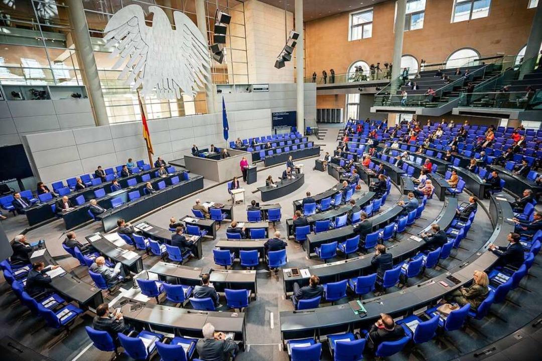 Mit dem nötigen Sicherheitsabstand tag...tsche Bundestag am 25. März in Berlin.  | Foto: Michael Kappeler (dpa)