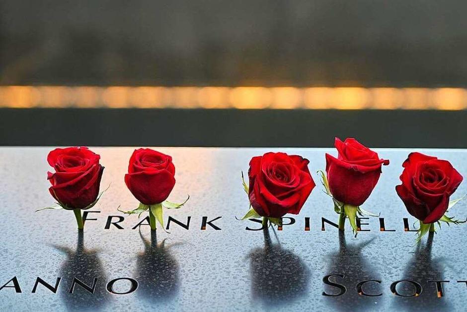 New York: Rote Rosen sind an einer Gedenktafel im «National September 11 Memorial and Museum» angebracht, auf der der Name Frank Spinelli zu lesen ist, der bei den Anschlägen vom 11. September 2001 ums Leben gekommen ist. (Foto: Anthony Behar (dpa))