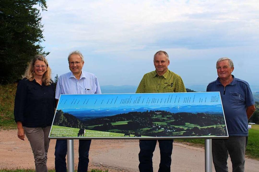 Vera Noy, Peter Palme, Peter Eichin, E...s) freuen sich über die Panoramatafel.  | Foto: Martin Klabund