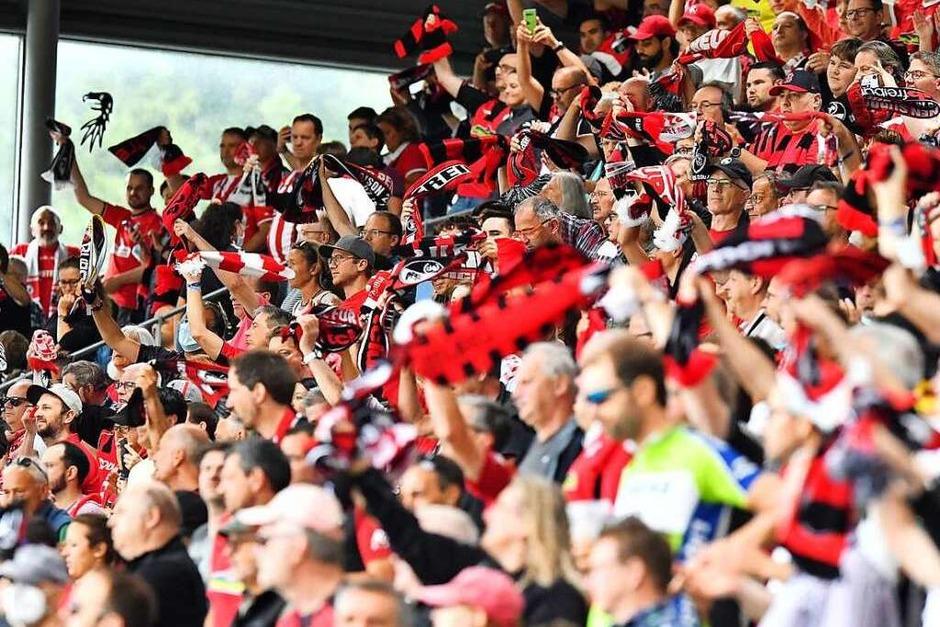 10.000 Zuschauerinnen und Zuschauer waren in Freiburg zugelassen. Sie feuerten die Freiburger Spieler an. (Foto: Achim Keller)
